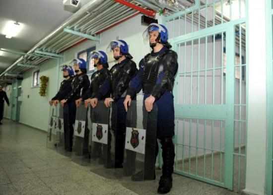 Bakan Bozdağ'a cezaevlerinde şiddet sorusu