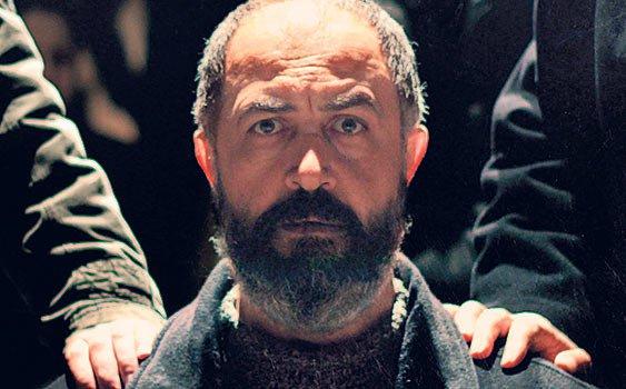 Emin Alper'in Abluka filminde Mehmet Özgür, başarılı performansıyla çok konuşuldu.