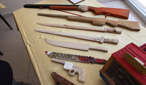 Yatılı ortaokul öğrencilerine maket silah yaptırıp sergilediler