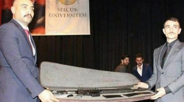 universite-etkinliginde-uzun-namlulu-silah-hediye-edildi-414194-5