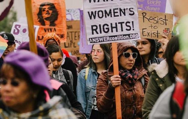 Dünya kadınları şiddete karşı ayakta