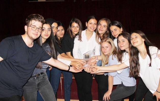 Liseli kız öğrenciler 'kadına şiddet'e dikkat çekti